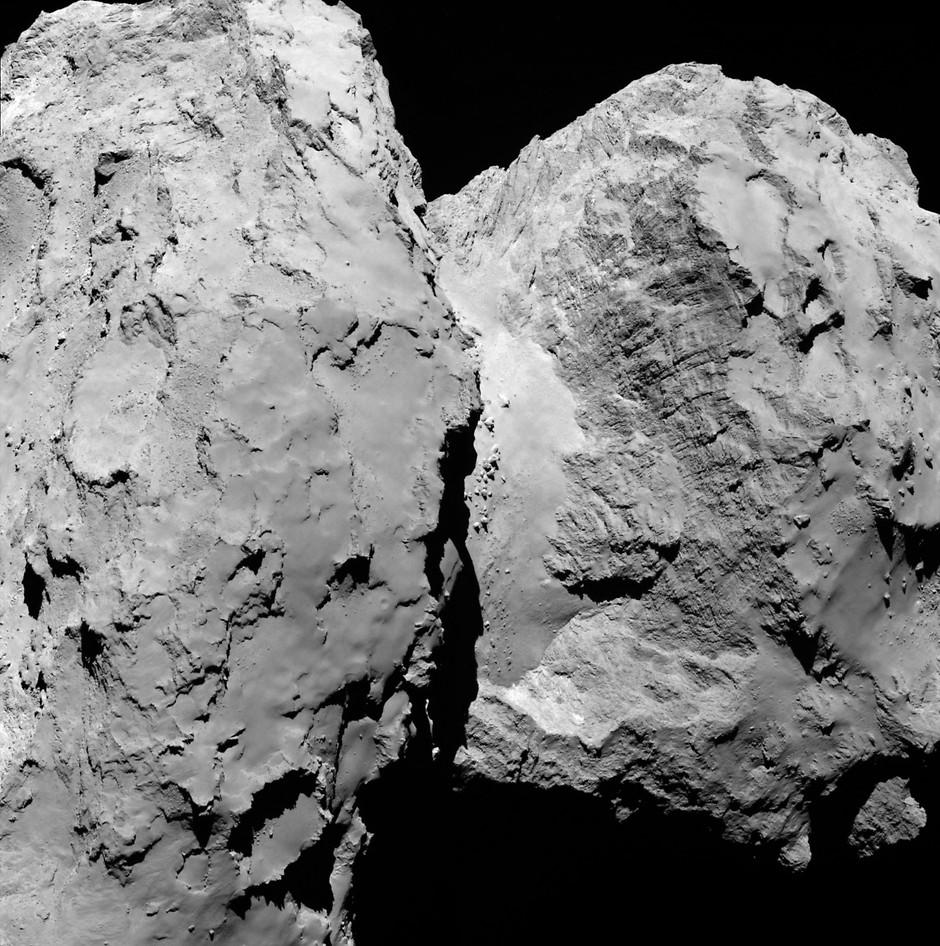 تصویر نزدیک دنباله دار چوریومف ۶۷P که در هسته خود از ساختار گوناگونی تشکیل شده است.