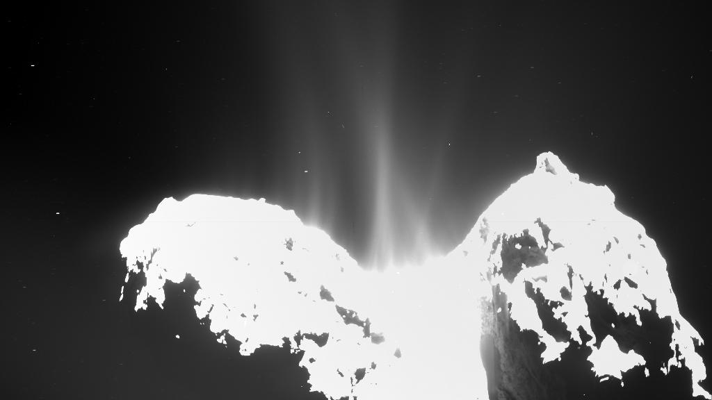 در این عکس فواره و بلورهای یخ که همراه با غبار از دنباله دار به فضا پاشیده می شود، بخوبی دیده می شود.