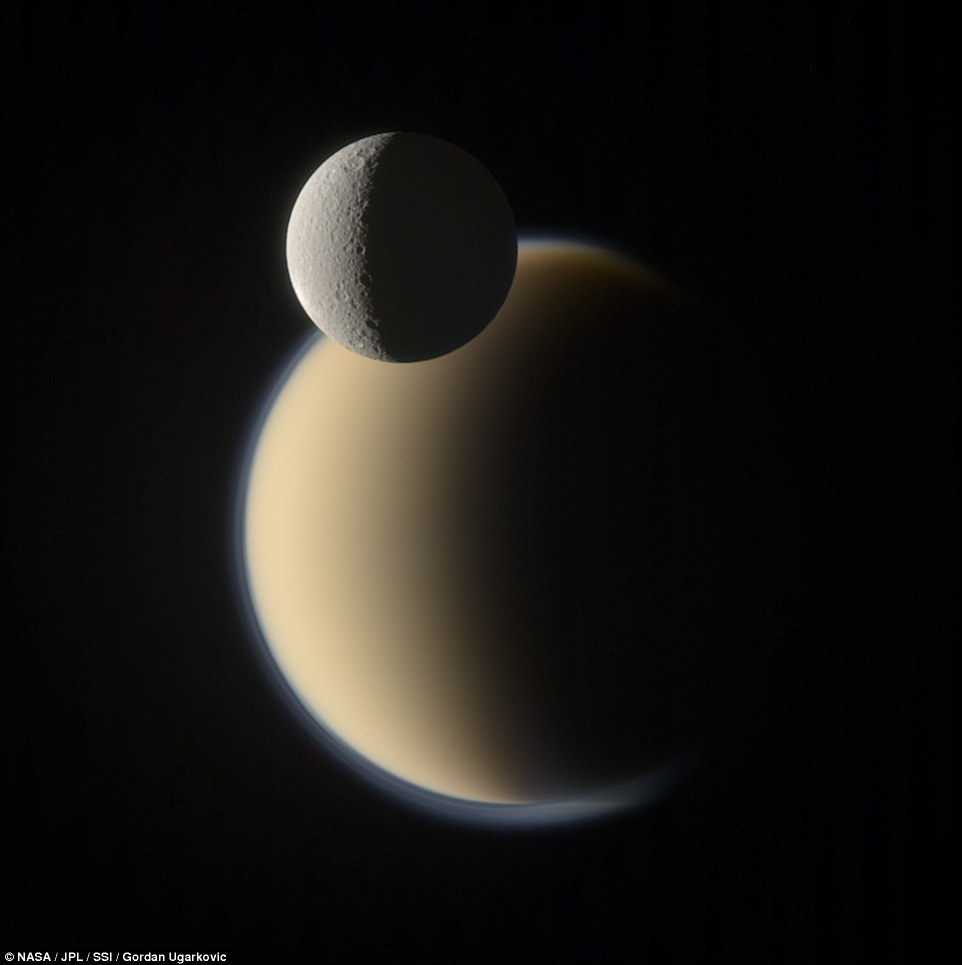 در این تصویر قمر رئا در مقابل تیتان که در پس زمینه قرار دارد قابل مشاهده هستند.