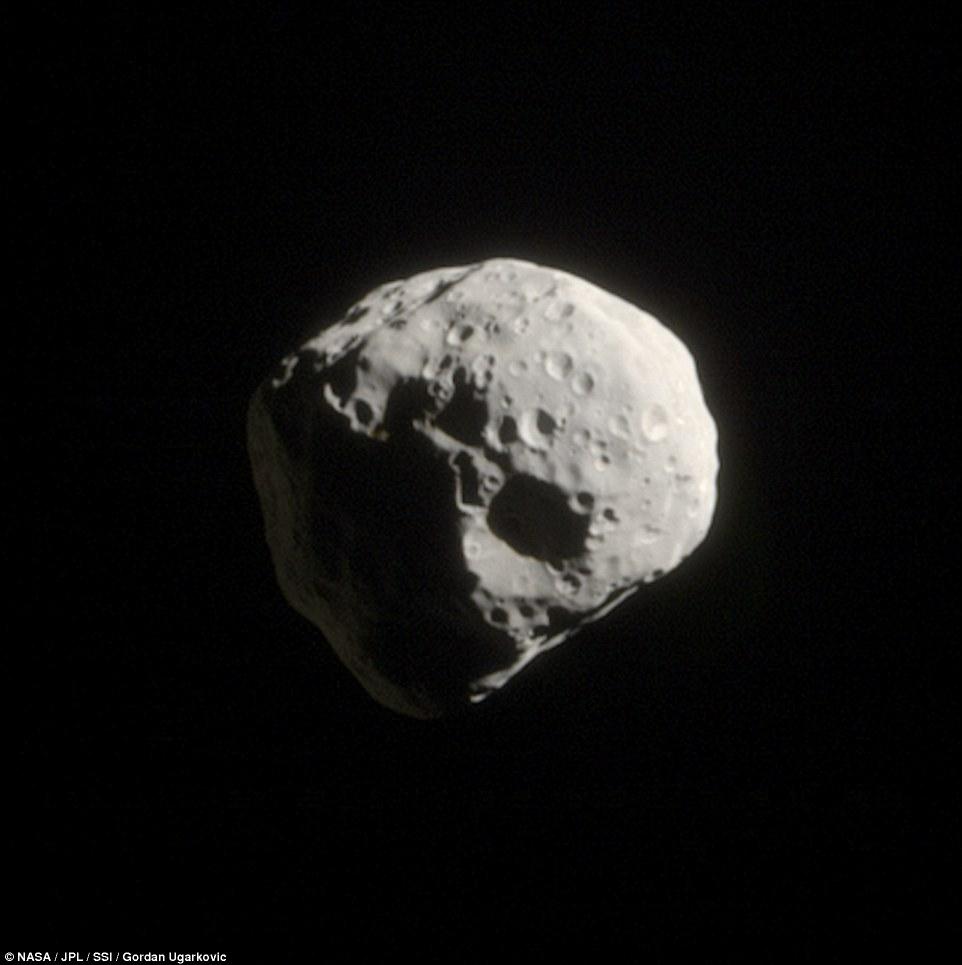 تصویری از قمر کوچک و غیر منظم اپیمتئوس با قطری حدود 130 کیلومتر