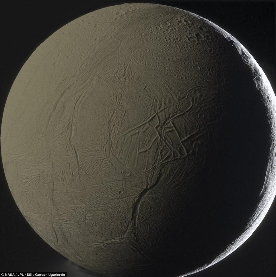 در این تصویر سطح انسلادوس با جزئیات عالی در زیر نور خورشید مشخص است. دانشمندان معتقدند در زیر سطح این قمر اقیانوسی از آب نهفته است.