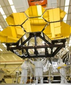 تلسکوپ فضایی جیمز وب پس از کامل شدن از 18 آینه شش ضلعی برخورد میباشد که توانایی گردآوری نور به اندازه حدود 7 برابر تلسکوپ هابل را دارد.