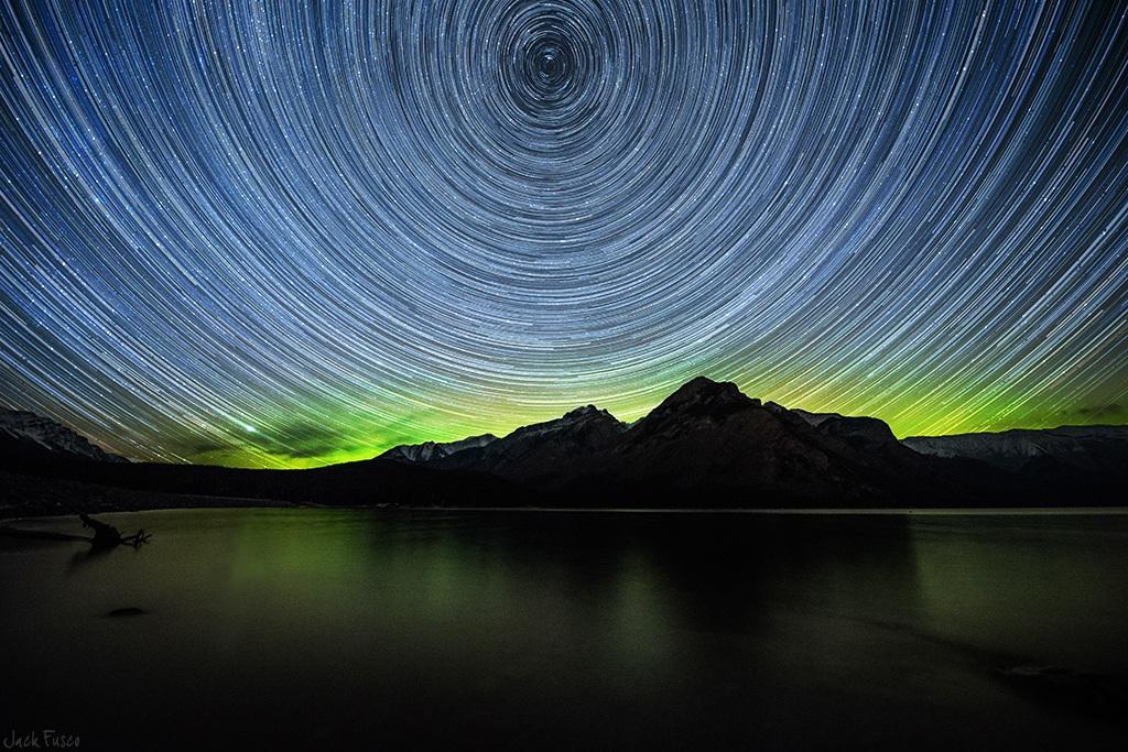 رد ستارگان بر فراز دریاچۀ مینه وانکا در آلبرتا، کانادا