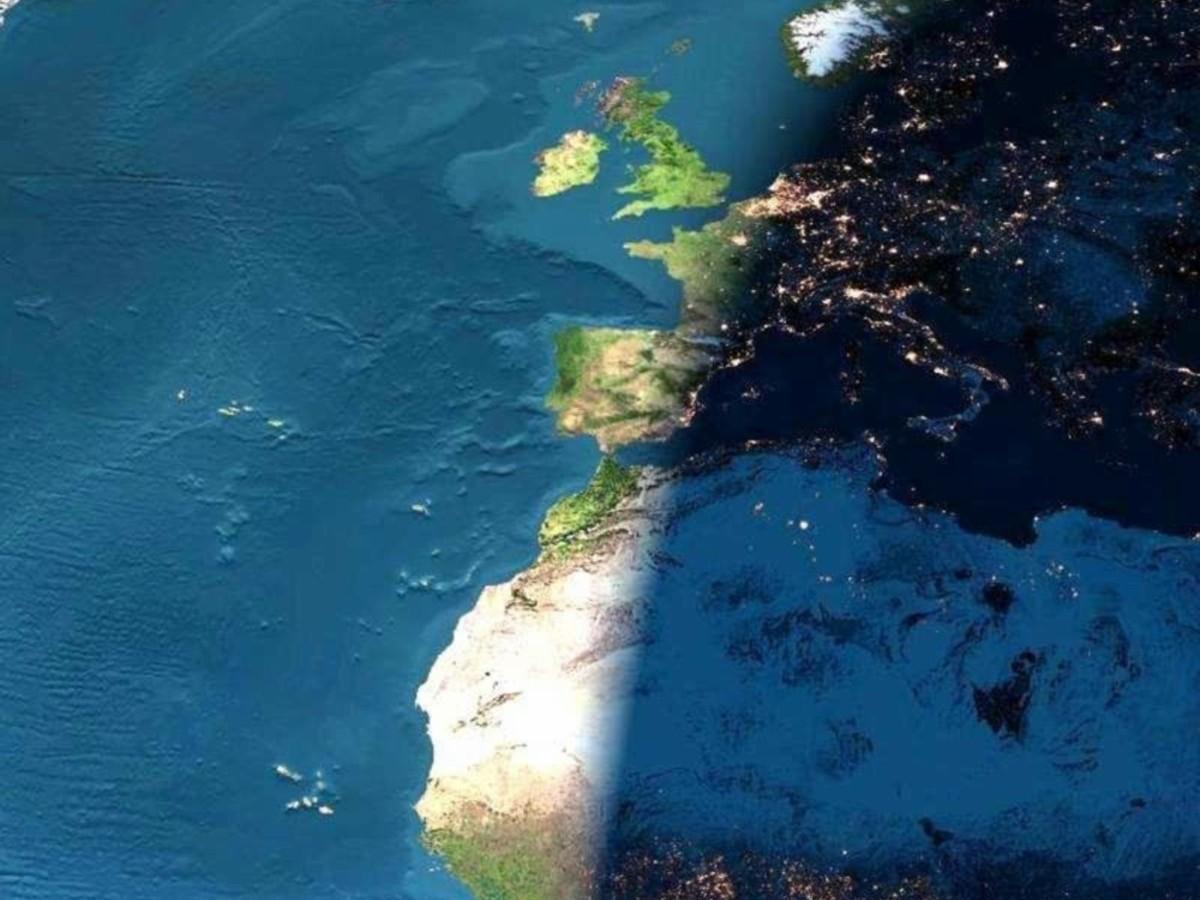 تصویر هنری از خط جدا کننده روز و شب. ناظرانی که دقیقاً روی این خط قرار گرفته اند، شاهد غروب خورشید هستند. همانطور که می بینید اروپا در شب به سر می برد و نور شهرهای بزرگ آن از فضا قابل مشاهده است در حالیکه هنوز مناطق غربی آفریقا در آخرین ساعات روز هستند. بوجود آمدن روزها و شب ها، بدلیل چرخش زمین به دور خودش است. عکس از : EarthObservatory / NASA