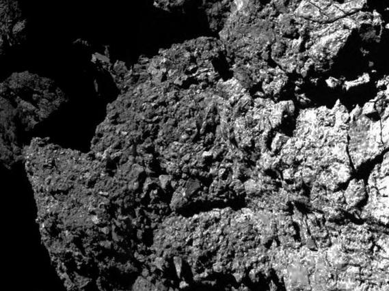نمایی نزدیک از بافت خشن دنباله دار چریوموف که سطح نشین فیلای آن را به ثبت رسانده است.