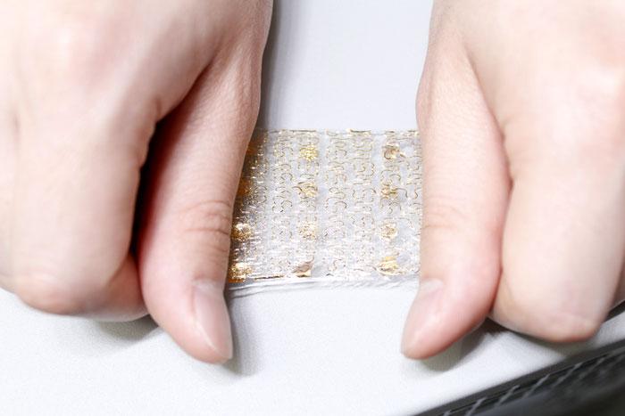 در این تصویر نمونه پوست هوشمند با سنسور یکپارچه نشان داده شده است.