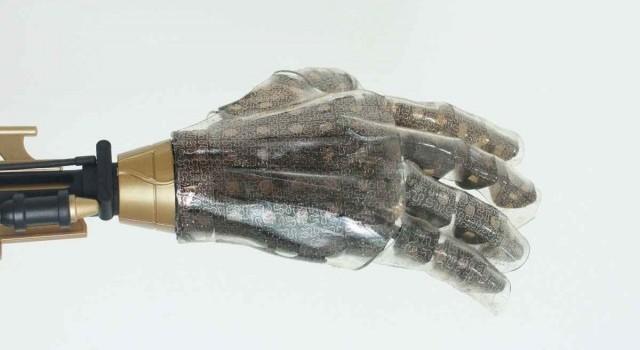 نمونه ای از دستکش مصنوعی که با لایه ی پوست مصنوعی متشکل از حسگرهای طلا و سنسورهای سیلیکونی پوشیده شده است.