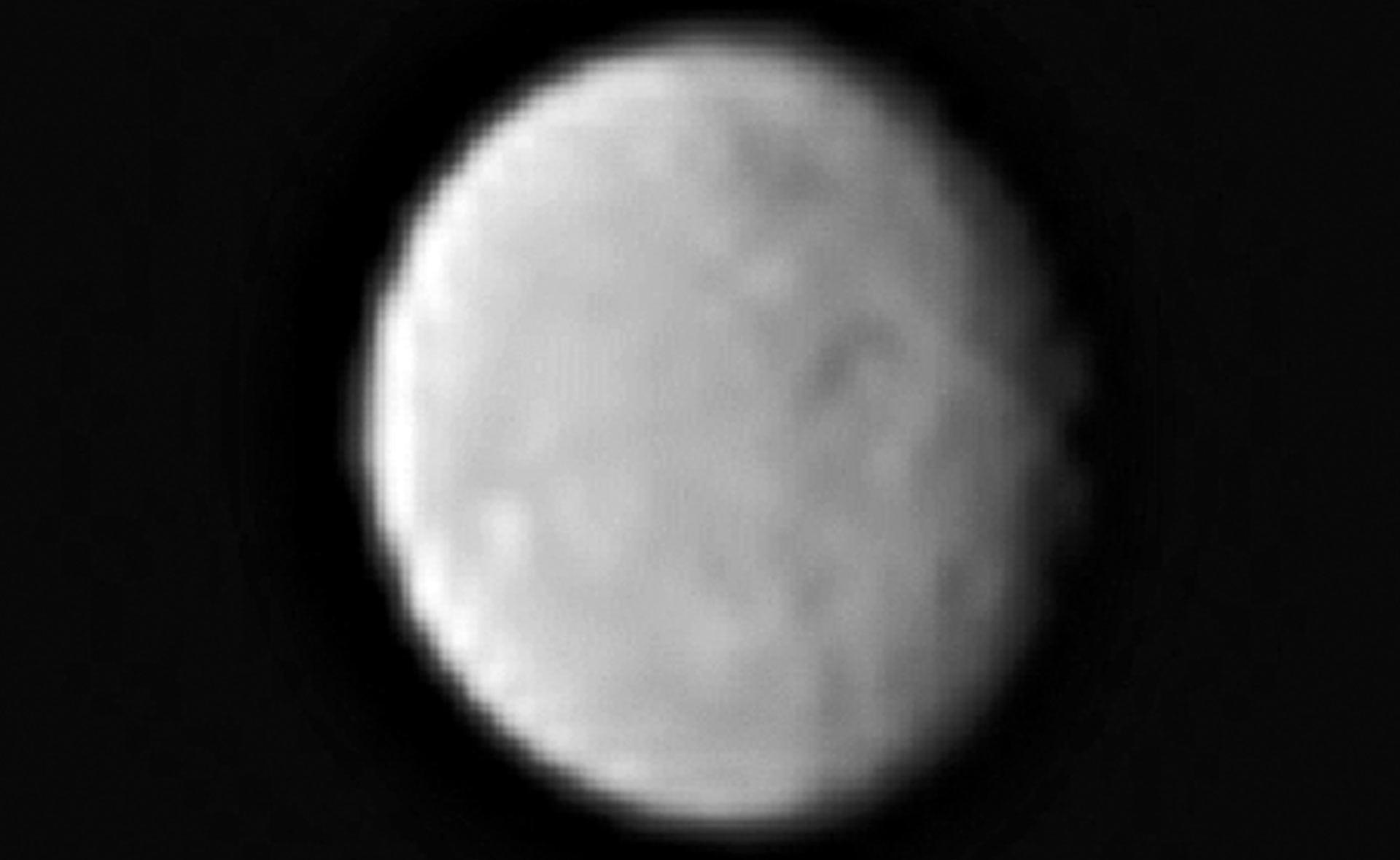 تصویری از سیاره کوتوله سرس که فضاپیمای سپیده دم از فاصله ی 383 هزار کیلومتری آن ثبت کرده است.