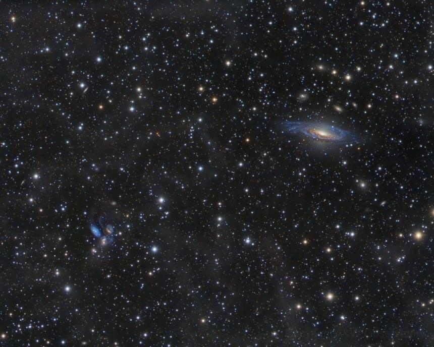 نور قدیمی اجرام کیهانی: در سمت راست تصویر کهکشان NGC 7331 دیده میشود که تقریباً 50 میلیون سال نوری از زمین فاصله دارد و در سمت چپ تصویر نیز گروه پنجگانه کهکشانی معروف به استفن دیده می شود که 300 میلیون سال نوری از ما فاصله دارند.
