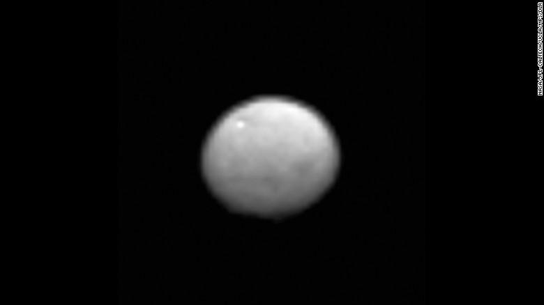 تصویری از سرس که فضاپیمای سپیده دم در حال نزدیک شدن به این خرده سیاره، ثبت کرده است.