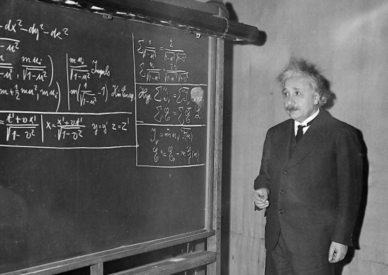 عکسی از پروفسور آلبرت اینشتین در حال سخنرانی در موسسه فناوری کارنگی در تاریخ 28 دسامبر 1934 - او در این سخنرانی به تفسیر نظریه اش در خصوص یکسان بودن ماده و انرژی ولی موجودیت آنها به اشکال مختلف می پردازد.
