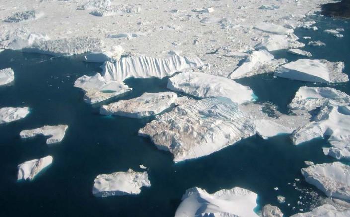 یخزایی- این نمای هوایی کوه های یخ را نشان می دهد که از شکسته شدن یخچال جاکوبزهاون در خاور خلیج دیسکو، در ساحل باختری گرینلند پدید آمده اند. یخچال های ساحل باختری گرینلند منبع تقریبن همه ی کوه های یخی هستند که توسط جریان های اقیانوسی وارد مسیر کشتیرانی اطلس شمالی می شوند، و یخچال جاکوبزهاون به ویژه یکی از یخچال های پرکار آنست.