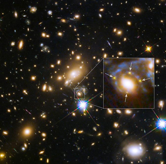 گرانش این خوشه باعث شده که فوتون های (ذرات نور) در حال عبور خم شوند؛ پدیده ای که ۱۰۰ سال پیش توسط آلبرت اینشتین پیش بینی شده بود.