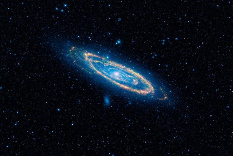 تصویری از کهکشان آندرومدا که در نور مادون قرمز توسط تلسکوپ فضایی WISE ناسا گرفته شده است.