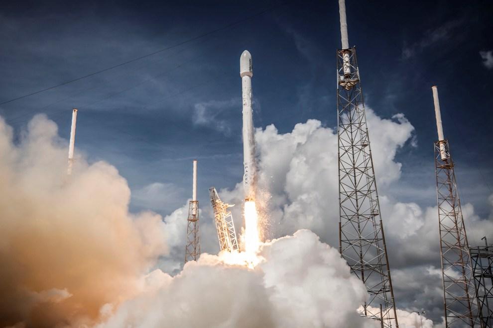 لحظه ی پرتاب موشک فالکون 9 به فضا