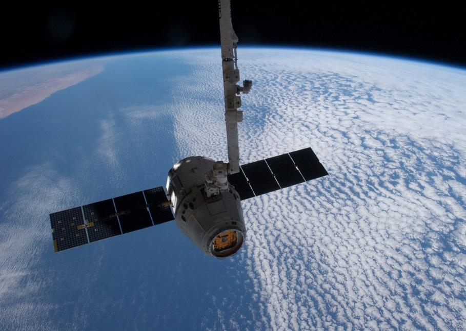 تصویری از کپسول دراگون در حال متصل شدن به ایستگاه فضایی