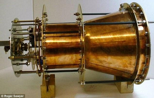 مفهوم موتور EMDrive نسبتا ساده بوده و با بازتاب ریزموجها در یک ظرف در بسته، نیروی پرتاب را به فضاپیما ارائه میکند. راجر ساویر نخستین بار این موتور را طراحی کرد.