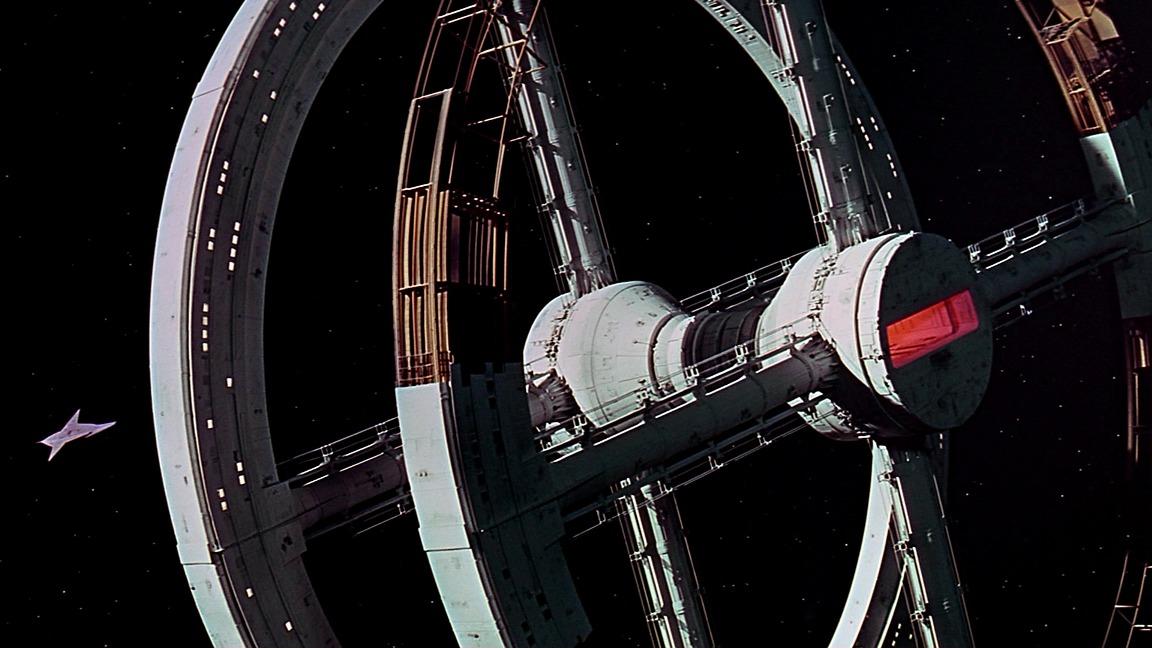 تصویری از فضاپیمای چرخان در فیلم اودیسه فضایی ۲۰۰۱ استنلی کوبریک