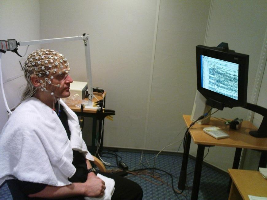 بررسی فعالیت الکتریکی مغز با استفاده از یک الکتروانسفالوگرام (EGG)