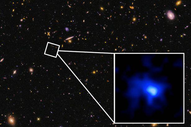 ستاره شناسان نور این کهکشان را در فاصله ی ۱۳٫۱ میلیارد سال نوری از ما، مشاهده کردند.