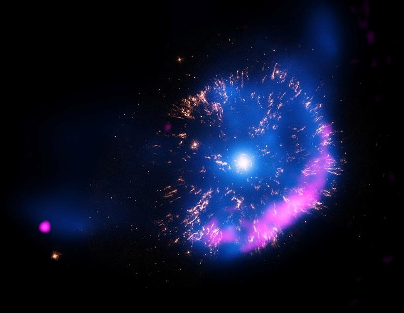 تصویری از باقی مانده ی ریز ابرنواختر GK Persei که توسط تلسکوپ اشعۀ ایکس چاندرا ثبت شده است.