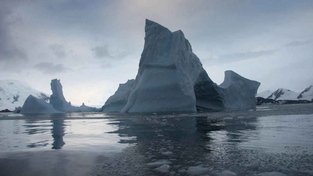 آب شدن این لایه های یخ باعث افزایش آب اقیانوس ها می شود.