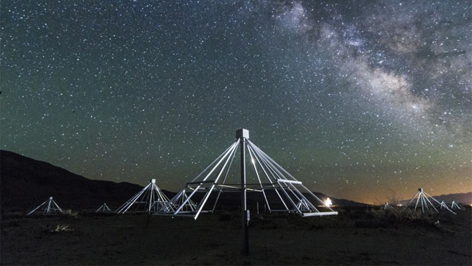 در این عکس تعدادی از آنتن های این آرایه ی رادیویی را در نمایی از کمان ِ مرکزی کهکشان راه شیری می بینید.