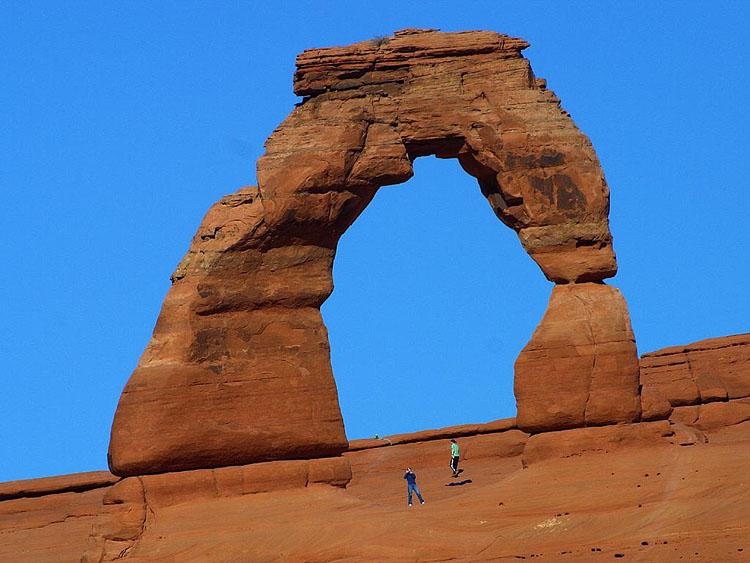 برای درک ابعاد سنگ ها آنها را با انسان های در تصویر مقایسه کنید.
