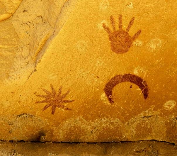 سنگ نگاره ای در مکزیک که توسط اقوام آنسازی در سال 1054 میلادی طرح شده است. ستاره پرنوری که در این تصویر در کنار هلال ماه مشاهده می شود، در حقیقت همان ستاره میهمانی است که چینیان باستان برای نخستین بار آن را ثبت کردند و امروز می دانیم که در حقیقت آنها مرگ یک ستاره پرجرم را دیده اند نه تولد یک ستاره.