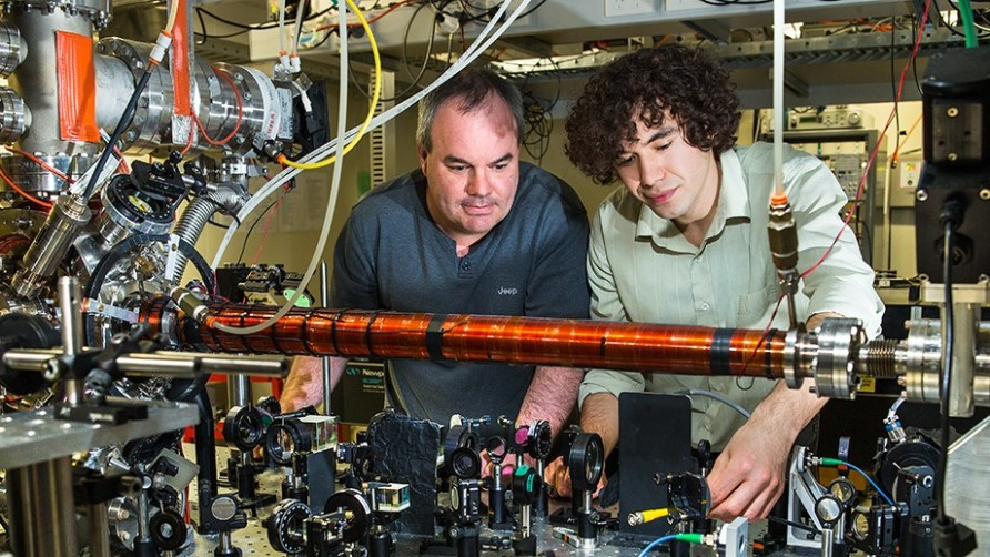 تصویری از محققان اندرو تروسکات(چپ) و رومان خاکیموو