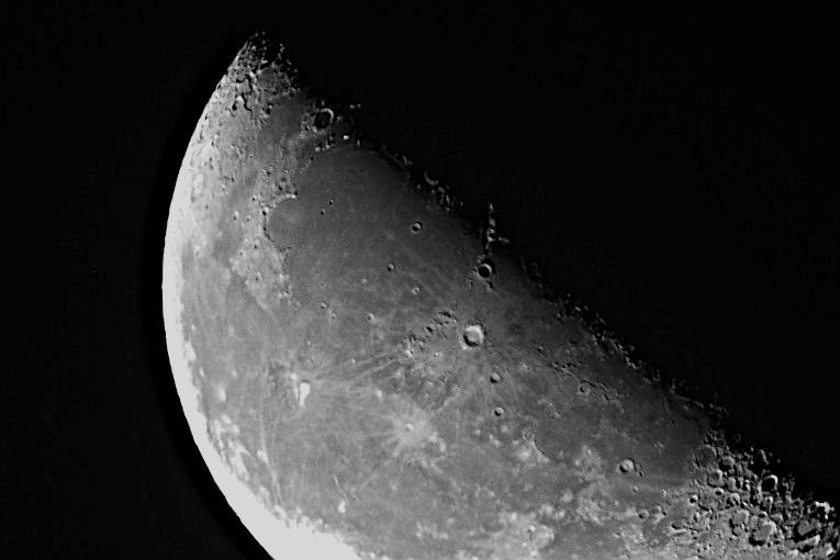 عکس دیجیتالی گودال ماه گرفته شده به وسیله تلسکوپ شکستی 90 میلیمتری