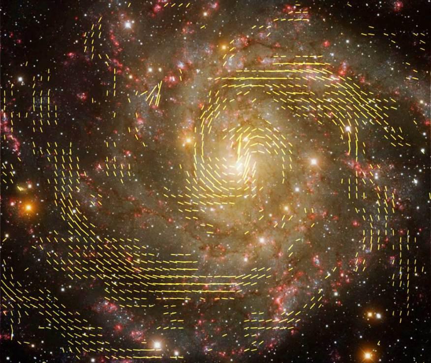 تصویری از کهکشان IC 342، که خطوط میدان مغناطیسی در آن با استفاده از داده های آرایه ی تلسکوپی VLT و تلسکوپ افلزبرگ بدست آمده است.