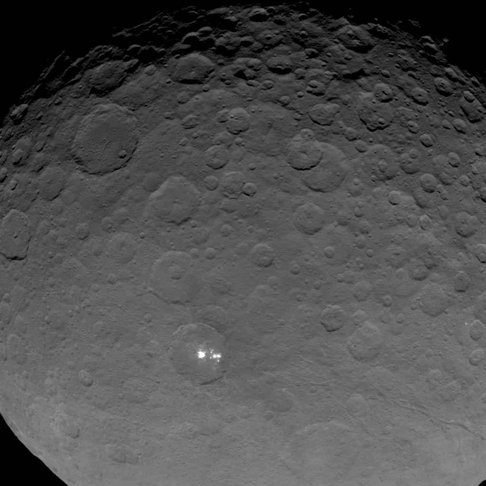 این عکس ۱۶ می ۲۰۱۵ از فاصله ی 7200 کیلومتری  فضاپیما تا سرس گرفته شده