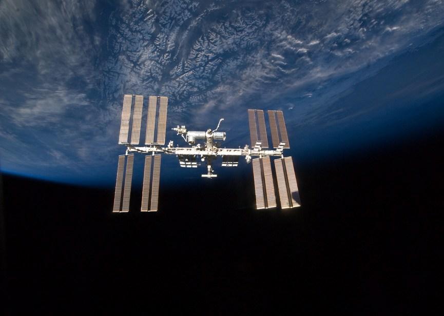 تصویری از ایستگاه فضایی بین المللی که در ارتفاع 400 کیومتری از زمین در چرخش میباشد.
