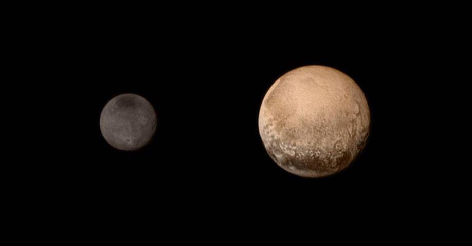 در این عکس مقایسه ای که فضاپیمای افق های نو ثبت کرده، پلوتو و قمرش شارون را در یک قاب مشاهده می کنید.