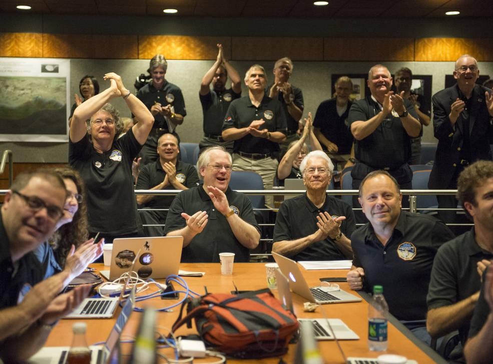 واکنش و شادمانی اعضای گروه علمی افق های نو در آزمایشگاه فیزیک کاربردی دانشگاه جانز هاپکینز به دیدن تازه ترین و آشکارترین تصویر پلوتو پیش از رسیدن فضاپیما به نزدیک ترین رویارویی.