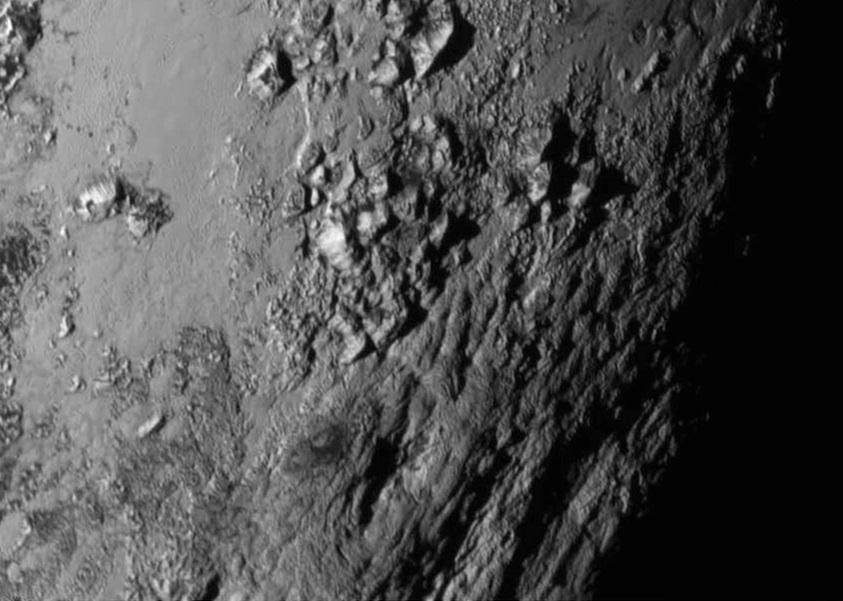 اولین تصویر نمای نزدیک پلوتو رشته کوه هایی به ارتفاع حدود 3300 متر را در سطح آن آشکار کرده است.