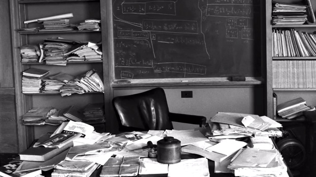 دفتر کار دست نخوره ی آلبرت اینشتین در پرینستون چند ساعت پس از مرگش