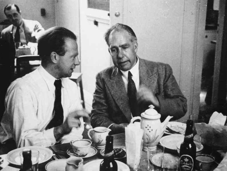 نیلز بور (سمت راست) و ورنز هایزنبرگ در کنفرانس کپنهاگ در سال 1934