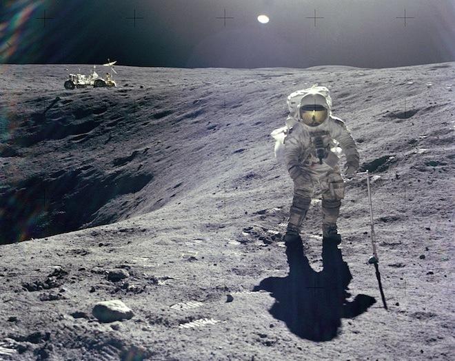 فضانورد چارلز دوک در حال جمعآوری نمونه در ماموریت آپولو ۱۶ اعتبار عکس: ناسا