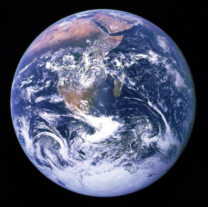 عکس از زمین که توسط فضانوردان ماموریت آپولو 17 ثبت شده و به تیله ی آبی رنگ مشهور است.