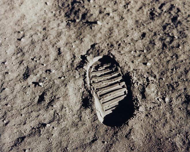 یک جای پای نخستین انسان در ماه، عکس گرفته شده در ماموریت آپولو ۱۱ در سال ۱۹۶۹، اعتبار عکس: ناسا
