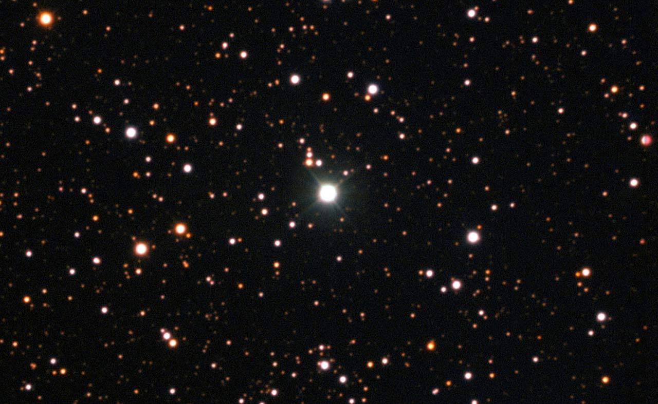 این تصویر نواختر قنطورس 2013 (درخشانترین ستاره در مرکز) را در جولای 2015 نشان می دهد.