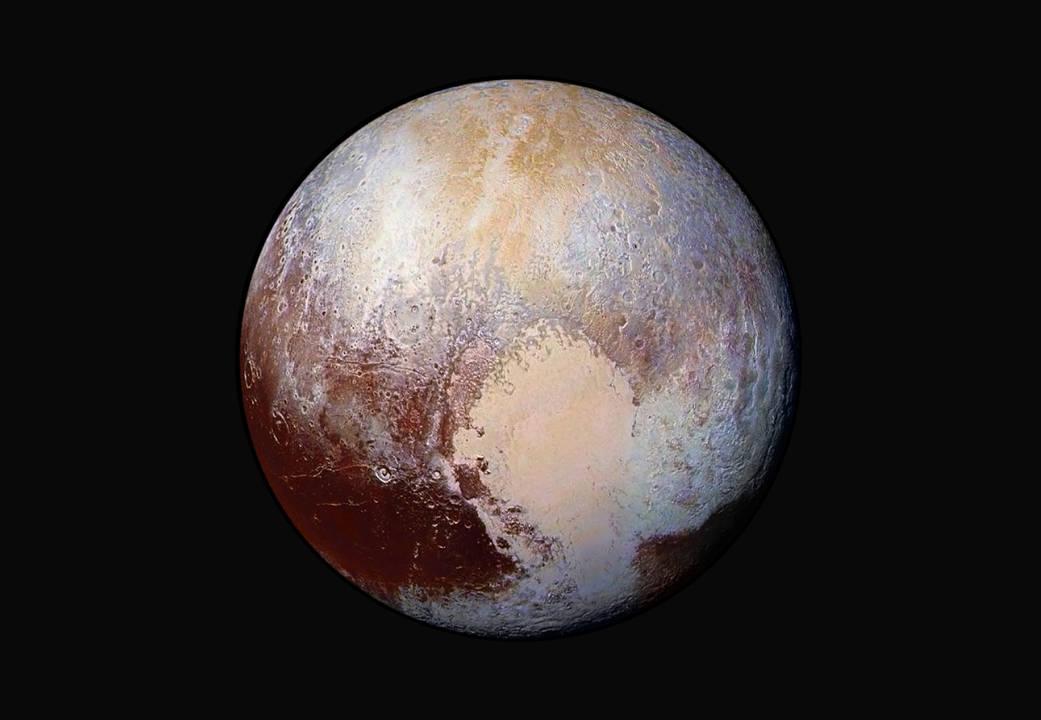 نمای جدید و رنگ کاذب پلوتو که فضاپیمای افق های نو از فاصله ی 450 هزار کیلومتری این سیاره کوتوله ثبت کرده است.