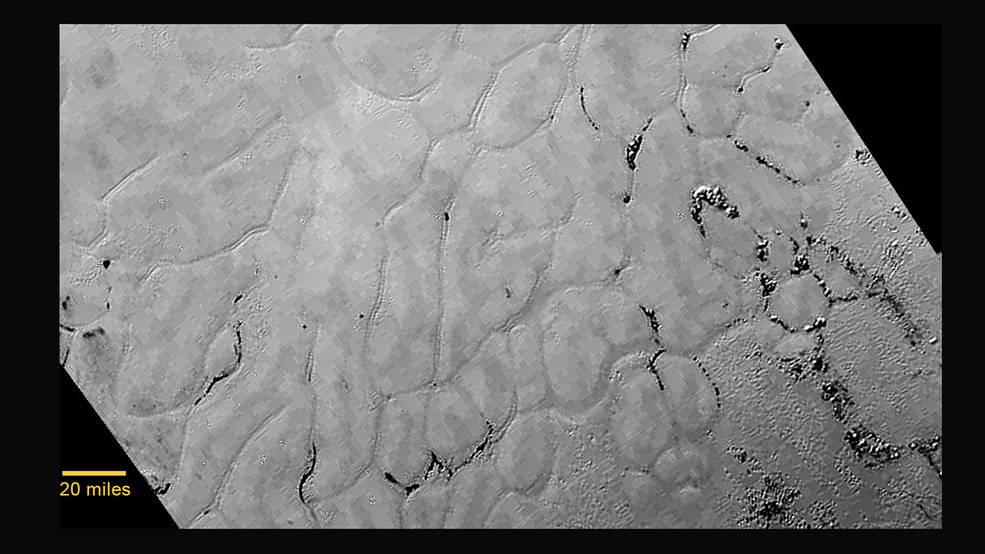 اثراتی از لایه های یخ در سیاره ی کوتوله پلوتو