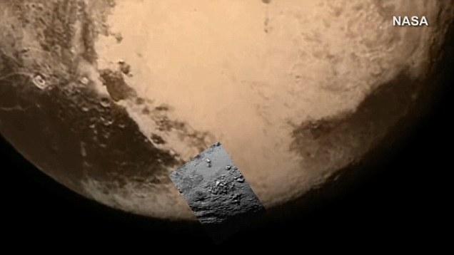 تصویری از سیاره ی کوتوله ی پلوتو و نمایی نزدیک مشخص شده که در هنگام عبور فضاپیمای افق های نو به ثبت رسیده است.
