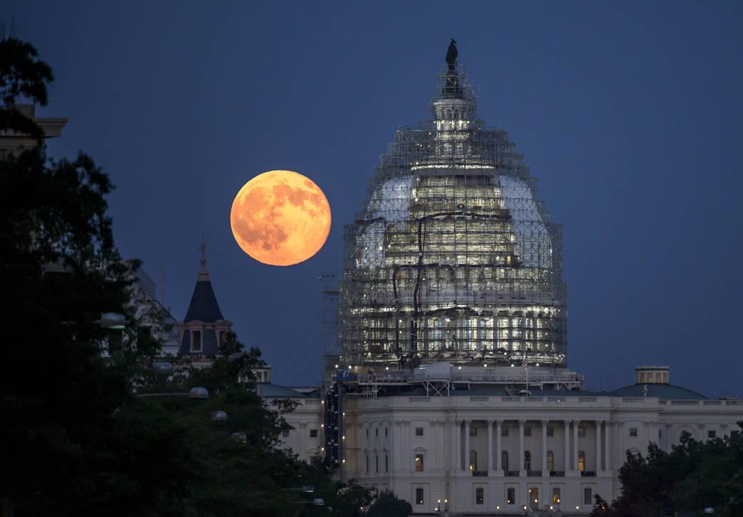 ماه کامل در نمایی از ساختمان کنگره ایالات متحده ، این عکس در روز 31 جولای 2015 به ثبت رسیده است.