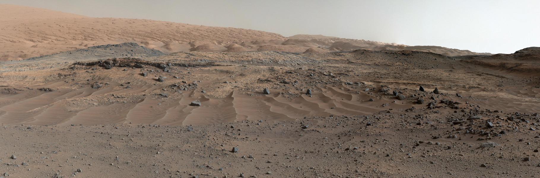 این تصویر از کاوشگر کنجکاوی شنها، ماسههای موّاج و سنگها را بر فراز تپهها نشان میدهد. تک تک تصاویر ترکیبی را به وجود آورده در روزهای مریخیِ 952 و 953 از این ماموریت، یعنی در تاریخ 6 آگوست 2012 گرفته شده است.