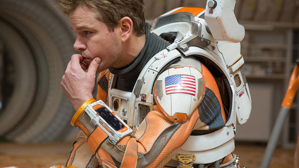 مت دیمون، بازیگر فیلم، در لباس فضانوردی که در فیلم مریخی پوشیده