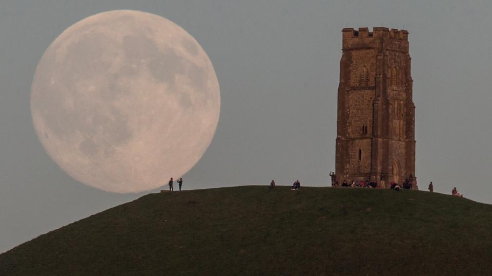 ماه کامل در گلاستونبری-انگلستان. این عکس در روز 30 جولای 2015 گرفته شده است.